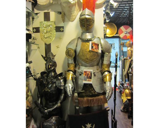 盾牌.古典装饰枪.西洋骑士剑等